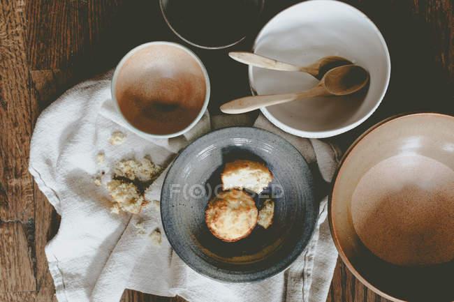 Medio comido tartas de queso con cuencos vacíos - foto de stock