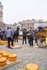 Gouda, Niederlande - 12. April 2018: Menschen auf traditionellen Käsemarkt im historischen Zentrum der Stadt — Stockfoto