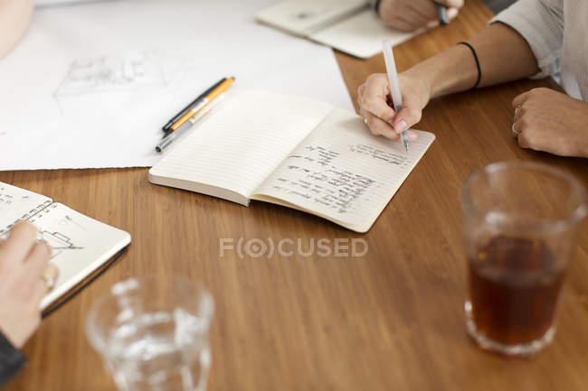 Personnes ayant rencontre et prendre des notes — Photo de stock
