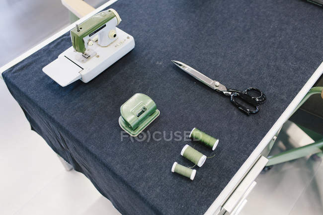 Sewing machine, threads and scissors — Stock Photo