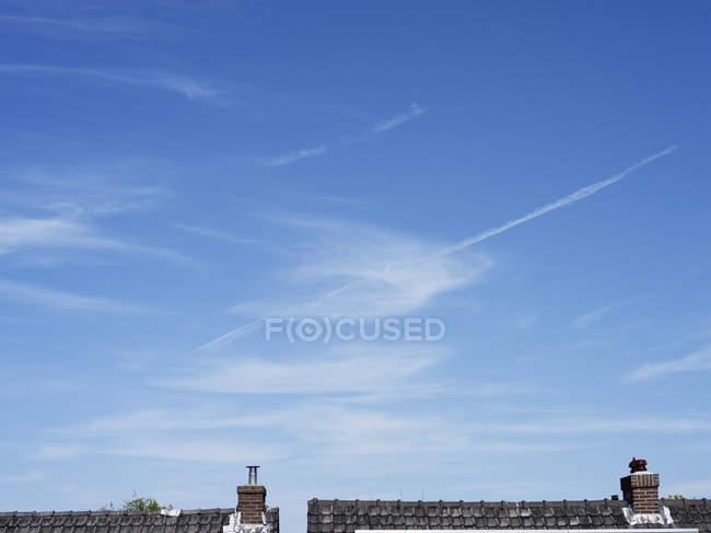 Blauer Himmel mit Wolken über Gebäude — Stockfoto