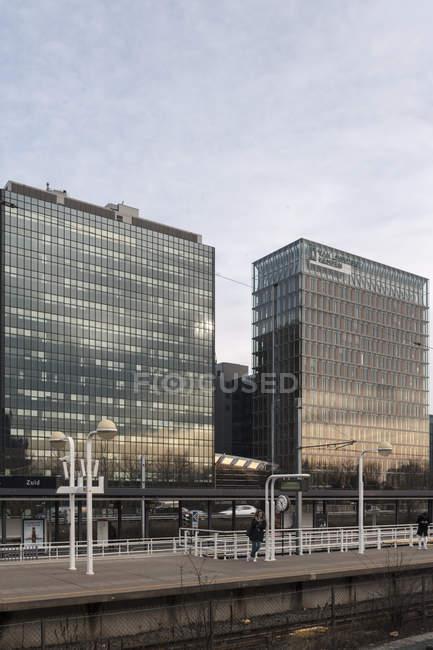 AMSTERDAM, NETHERLANDS - FEBRUARY 9, 2018: Railway station platform in Zuidas business district — Stock Photo