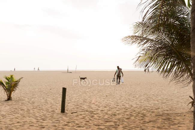 Негомбо, Шрі-Ланка - 4 січня 2018: прибережні сцени людей на піщаному пляжі — стокове фото