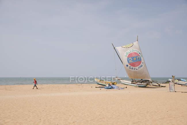 Негомбо, Шрі-Ланка - 4 січня 2018: прибережні сцени з туристичних човнів на березі — стокове фото