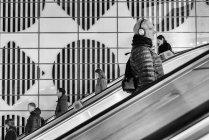 Personas que usan escaleras móviles - foto de stock