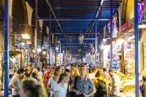 Рынок специй с туристами — стоковое фото