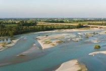 Річка, що протікає через сільськогосподарський регіон — стокове фото
