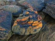 Grande massa rochosa na praia Hopeman — Fotografia de Stock