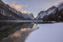 Озеро и снежные горы — стоковое фото