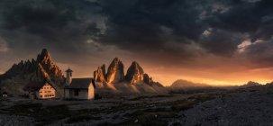 Abgelegenen Resort unter Alpen bei Sonnenuntergang — Stockfoto