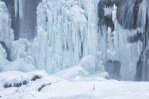Congelés et chute d'eau dans les lacs de Plitvice — Photo de stock