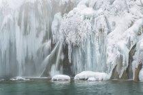 Замороженные озера и водопады — стоковое фото