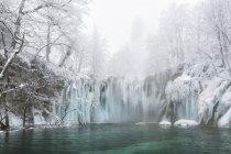 Cascadas y lagos congelados - foto de stock