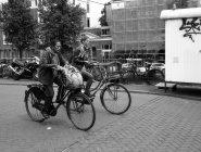 Амстердам - 18 червня 2016: жінок їзда на велосипедах в Амстердамі — стокове фото