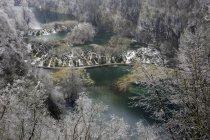Река течет через горный ландшафт — стоковое фото