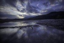 Coucher de soleil spectaculaire au fleuve Tagliamento — Photo de stock