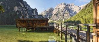 Отель Palafitte на озере Браиес — стоковое фото