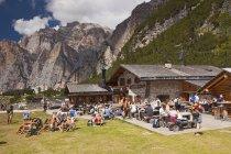Turistas y excursionistas descansan en choza Scotoni - foto de stock