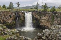 Touristen beobachten den Tutgalan-Wasserfall — Stockfoto
