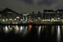 Maison de Canal d'Amsterdam et les maisons flottantes à Amsterdam, Hollande — Photo de stock