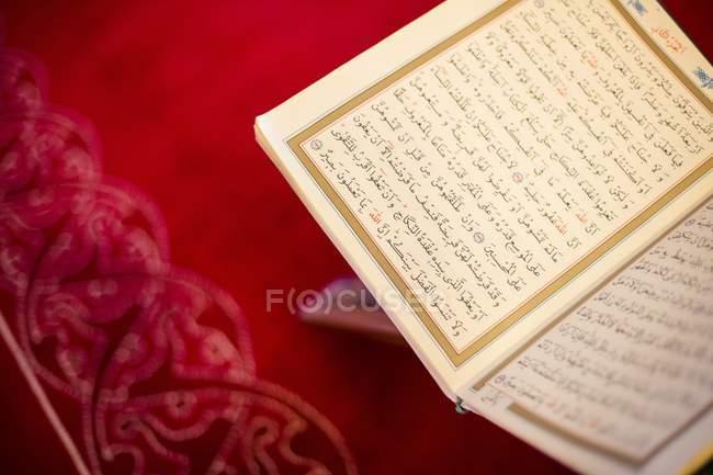 Koran auf roter Tisch — Stockfoto