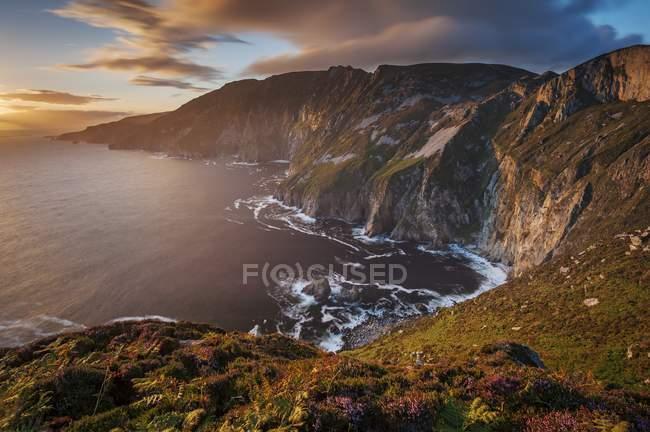Hohen Klippen der Küste von Irland — Stockfoto