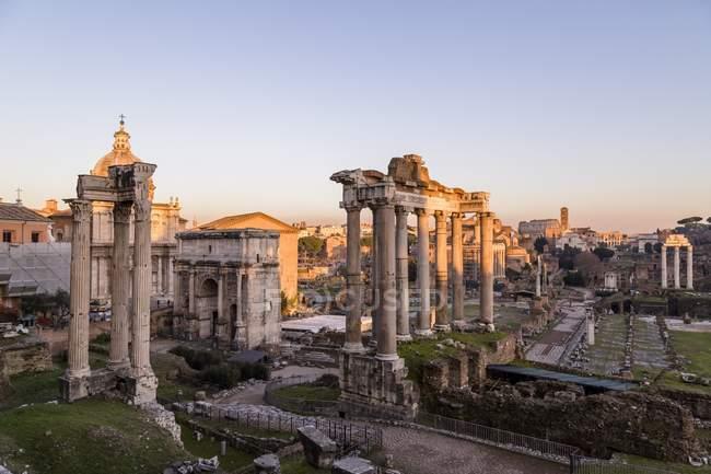 Forums romains avec ruines de bâtiments anciens — Photo de stock