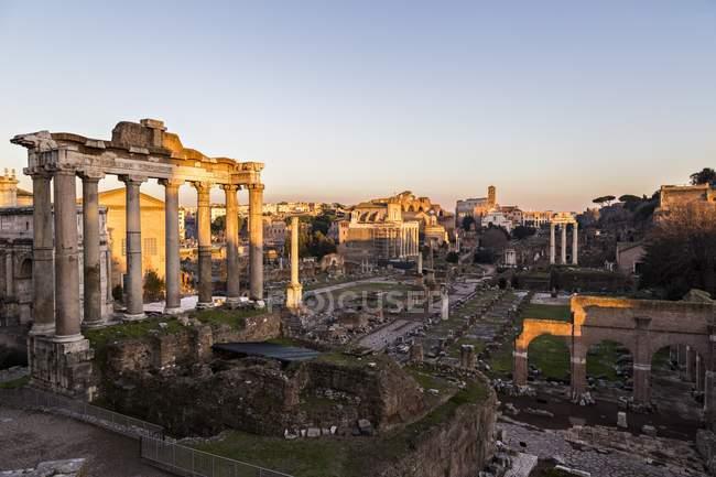 Coucher de soleil sur les Forums Romains — Photo de stock