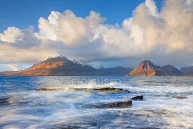 Elgol playa soleada mañana - foto de stock