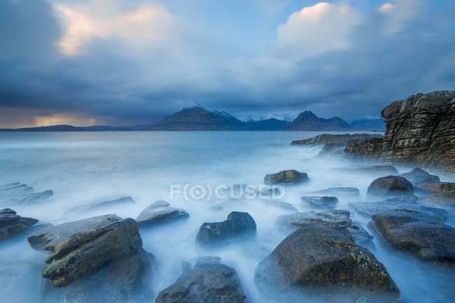 Elgol beach during cloudy autumn evening — Stock Photo