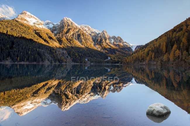 Anterselva lake in autumn morning — Stock Photo