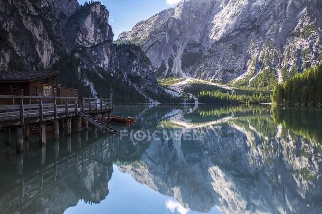 Cabana no lago de água clara — Fotografia de Stock