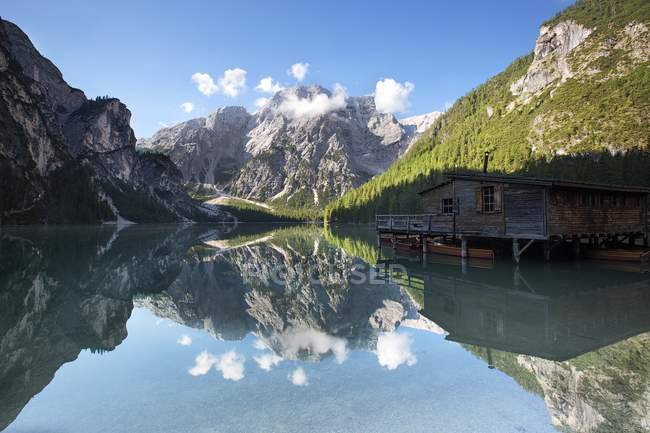Hut on clear water lake — Stock Photo