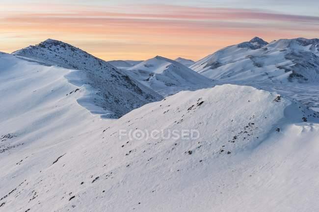 Picchi di montagna innevati — Foto stock