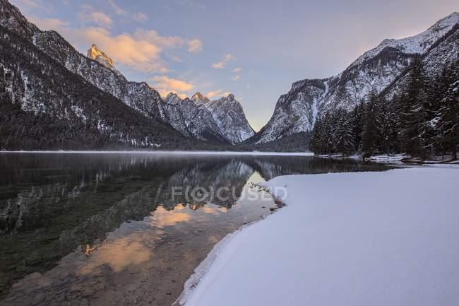 Lago e montagne innevate — Foto stock