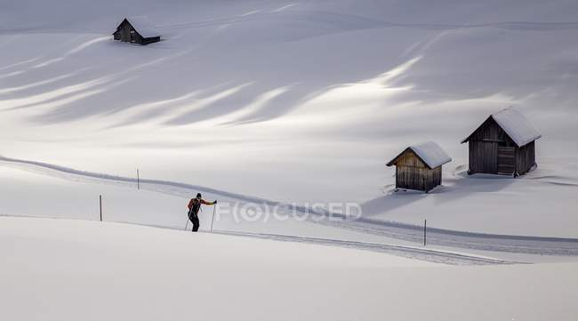 Sciatore solitario circondato da un paesaggio innevato — Foto stock
