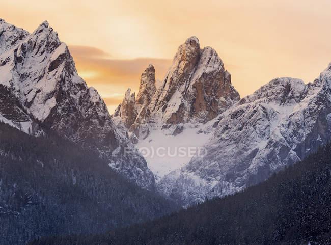 Sonnenaufgangslichter an schneebedeckten Bergen — Stockfoto