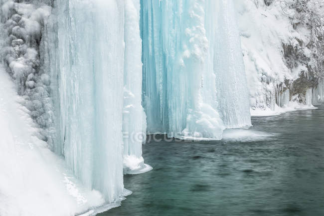 Cascadas congeladas de los lagos de Plitvice - foto de stock