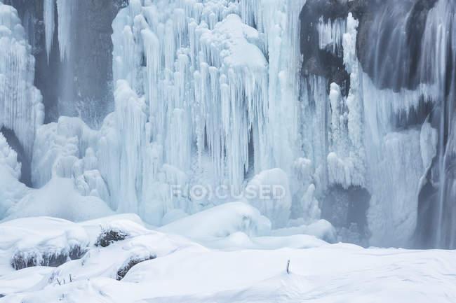 Congelado y cascada en los lagos de Plitvice - foto de stock