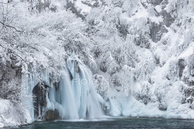 Frozen river and waterfalls — Stock Photo