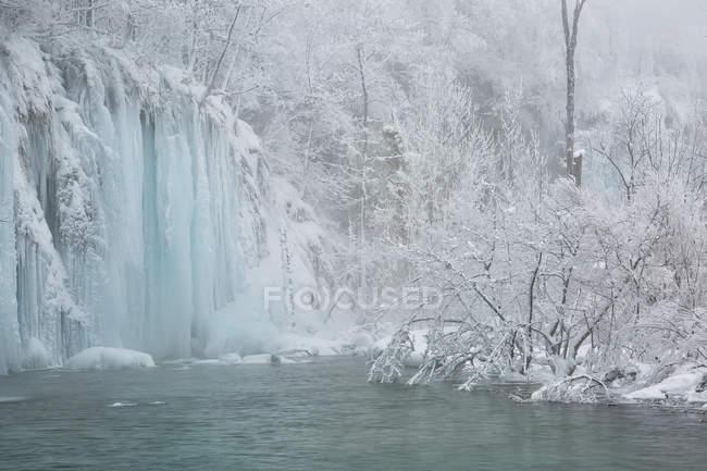 Cascate e fiume congelato — Foto stock