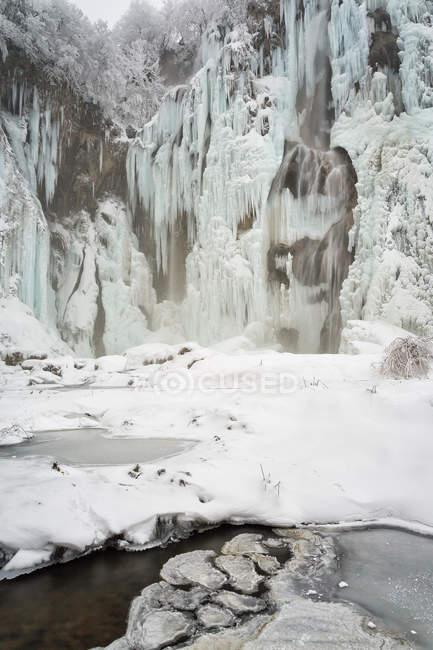 Cascadas y río helado - foto de stock