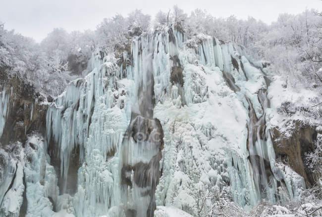 Cuesta de la montaña congelada cubierta de nieve - foto de stock