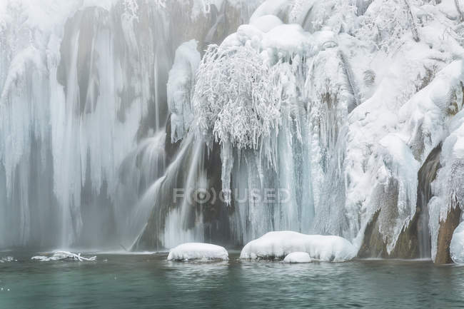 Frozen lakes and waterfalls — Stock Photo