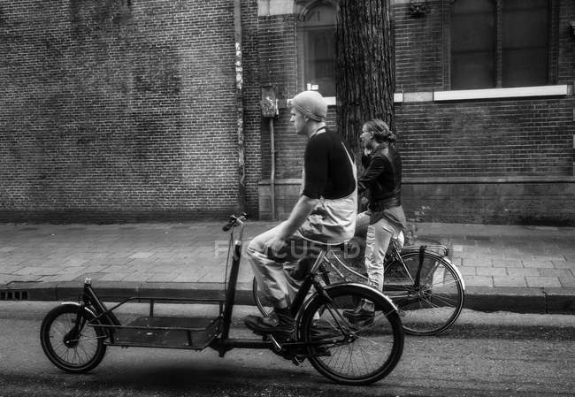 Амстердам - 18 червня 2016: люди позбавлення на Велосипеди міські або дорожні денний час — стокове фото