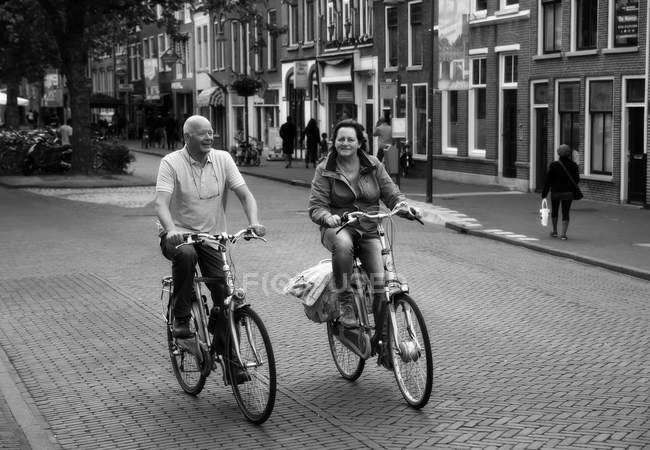 Amsterdam, Pays-Bas - 18 juin 2016 : les gens qui roulent à vélo dans la rue d'Amsterdam — Photo de stock