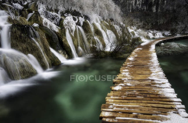 Cascadas y puente en Plitvice - foto de stock