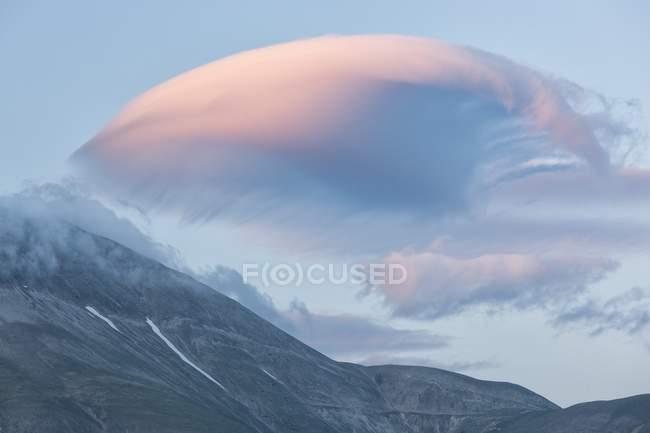 Nubes lenticulares sobre Monte Vettore - foto de stock