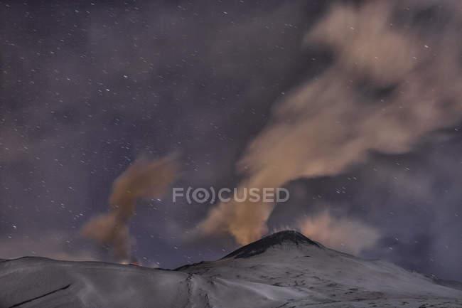 Ніч виверження на гору Етна — стокове фото