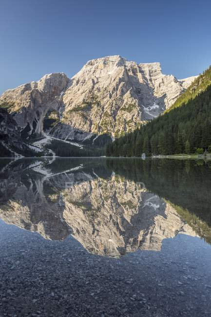 Lago de Braies con la primera luz de la mañana luz - foto de stock